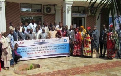 Les communicateurs du secteur de la santé publique et les agents de Save The Children en formation à Dosso
